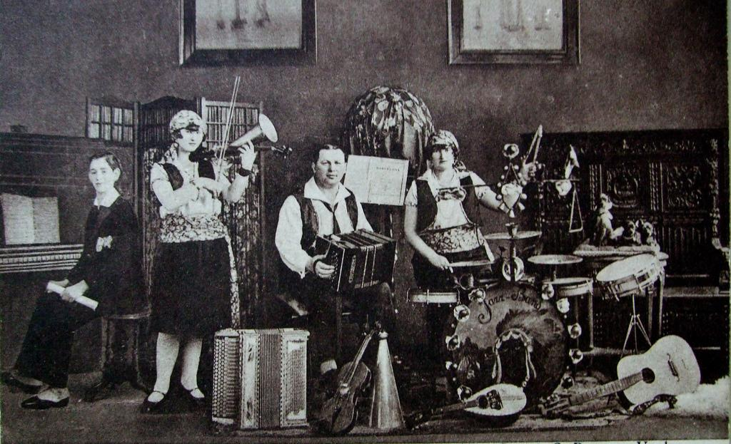Strohviol, piano, accordions, mandolin, violin, and percussion.